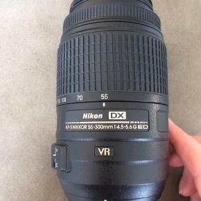 NIKON DX AF-S 55-300mm 1:4.5-5.6G ED VR telezoom objektiv + original taske , Campro 58mm cirkular polarisationsfilter, campro UV filter 58mm + hood 58cm..... brugt få gange, fremstår næsten som ny, ingen ridser eller skrammer... nypris 3400,-... pris + Porto DAO eller personlig afhentning... gerne mobilpay eller kontant ved afhentning.