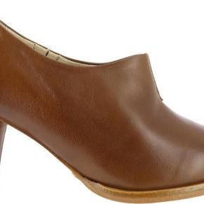 Varetype: heels Farve: Brun Oprindelig købspris: 1300 kr.  hæl 7,5 cm se også mine andre annoncer mobilepay 618 pp (38 kr ts)