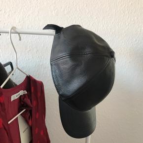 Kasket i læder-look