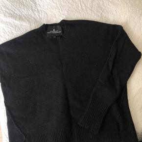 Designers Remix bluse i sort. Modellen er lidt kort