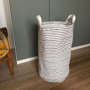 Virkelig fin vasketøjskurv fra Ikea ✌🏼 aldrig brugt til vasketøj, brugt i kort tid til opbevaring af tasker i et skab. Fejler derfor ingenting! Plastbelægning på indersiden beskytter mod fugt. Nem at opbevare, da den kan foldes sammen 🌷 perfekt til opbevaring på børneværelset. Stribet sort og hvid og måler ca. 60 cm i højden og 36 cm i diameter.   Bemærk - afhentes ved Harald Jensens plads eller sendes med dao. Bytter ikke 🌸   💫 Kurv opbevaring vasketøj vasketøjs kurv vasketøjskurv stribet stofpose pose opbevaring hank