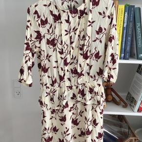GANNI kjole med fint print og flatterende peplum-effekt. Brugt én enkelt gang.