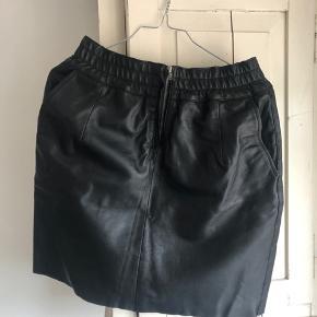 Fin nederdel i ægte læder fra Saint tropez str. small. Kun brugt én gang. Byd gerne - sælges kun da den er blevet for stor 🌸