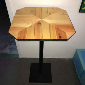 Fint lille bord, kan enten bruges som opsats til stue planter, eller som et lille cafe bord til 2 Pers målene er 113 x 59 x 59 Skal hentes