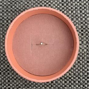 Diamond Twist Ørering fra Jane Kønig i Sterling sølv. Nypris er 600 kr., og den sælges for 400 kr.