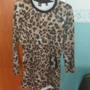 Skøn kjole i dyreprint. Fed bindedetalje i siden.