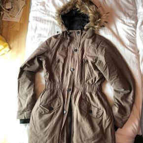 Lækker varm jakke - brugt, men stadig i god stand.  Er åben for bud - kan hentes i Vanløse