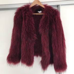 Den smukkeste pels-jakke fra Saks Potts. Den er desværre for stor til mig! Kun derfor jeg sælger den 😍 BYD!