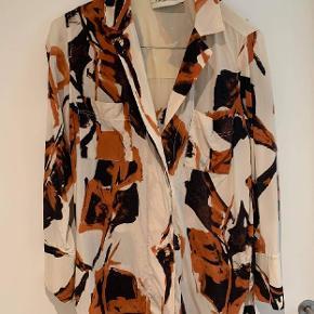 Fin skjorte fra by Malene Birger. Der står str. 34 i mærket, men den er meget stor i størrelsen! Jeg er str. 38, og den er stor til mig. Købt for 2300. Sælges da jeg ikke får den brugt.