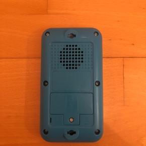 Super IPhone ligende telefon som er brugt minimalt. Telefonen er med engelsk tale og lav lydstyrke, men det gør heldigvis at barnet ikke får høreskader når telefonen tages op til øret for at leges med Fra dyrefrit, røgfrit og dyrefrit hjem.