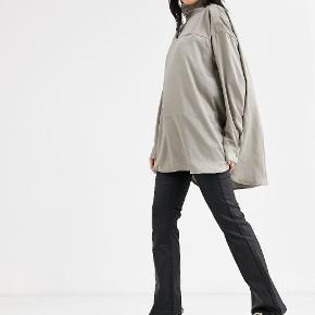 Flot Moira blouse fra Weekday.   Str. XS passer til str. S/M. Aldrig brugt eller vasket.  Sendes med DAO eller afhentes på Borups Alle.