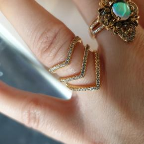 Smuk forgyldt ring med små sten.  2 styks str 54/7/medium.   Skriv privat for mere info. Flere smykker under min profil.