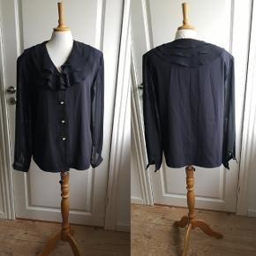 Skøn vintage skjorte med de fineste knapper og krave, samt gennemsigtige ærmer. Stand 10/10.