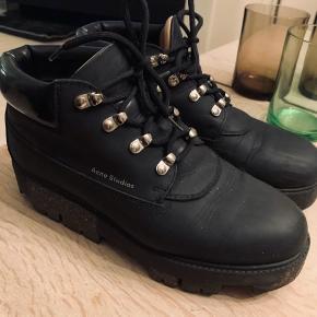 Fedeste støvler fra Acne som har mange gåture endnu kan sagtens holde varmen i dem når det bliver rigtig koldt.  Store i str. - svarer til 40,5 eller lille 41 nypris 4000,-