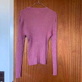 Lyserød bluse fra Weekday i metal lignende stof. Kan strækkes meget. Brugt én gang  Kan sendes eller afhentes på Frederiksberg