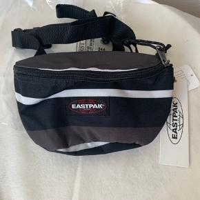 Unisex bæltetaske / crossbody fra Eastpak (sort, grå, hvid stribet) Model Springer (2l) Mål: bredde ca 23 cm og højde ca 17 cm og dybde ca 9 cm Det er stort rum foran og mindre bagpå - se pix. Hvis afhent 120