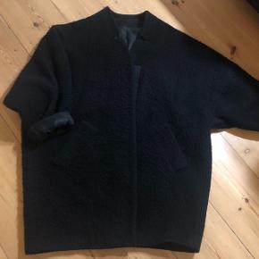Oversized plysset Acne jakke i fin stand. Læder detaljer på ærmer, men har gået med dem rullet op. Passer en small til en stor medium.  MP 200kr ved afhentning.