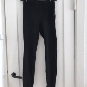 """Sælger mine """"fake"""" læder/ruskind look alike bukser fra Zara, str.s.  Brugt 1 gang, derfor i rigtig god stand :)  Sælger dem billigt! Så BYD gerne!"""