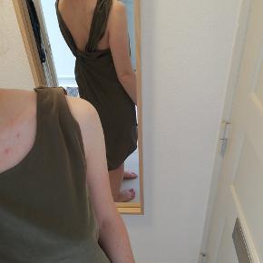 Flot grøn kjole fra Gestuz med fin detalje på ryggen. Fremstår som ny. Kjolen er længere bag på end foran.