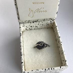 Sælger denne ring fra Line & Jo som aldrig er brugt. Jeg fik den i maj måned og har aldrig gået med den da jeg kun går med guld.  Den har kostet 550kr og jeg sælger den for 400kr(:
