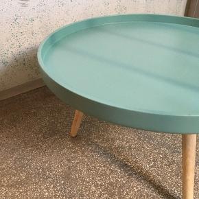 Sofabord i træ. 35 cm højt, 55 cm i diameter. Der er et par brugstegn, men generelt i god stand.
