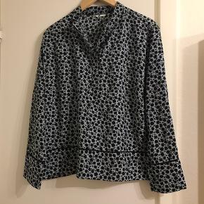 Smuk bluse fra H&M. Mærke er klippet af lem str passer 42-44