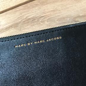 Skøn clutch fra Marc Jacobs, som kun har været brugt få gange - kom med et bud 😊  Mål: 28 x 18,5 cm