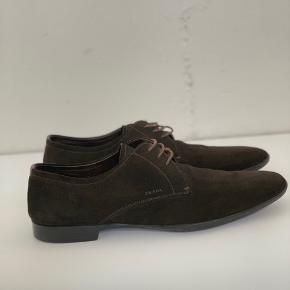 Super fine Prada sko i brunt/grønt ruskind. Skoene passer en mande str. 44/45, og er i super fin stand, da de næsten aldrig er brugt. Eneste tegn på brug er sålen, som kan ses på billederne.   Skriv endelig for flere detaljer!  Kom gerne med realistiske bud!