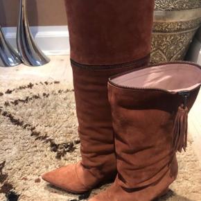 Helt ny. Aldrig brugt.  Designers Remix ruskind støvle.  Smuk farve.  Str 38.  2 længder da man kan lyne det øverste stykke af.   Har også samme model og størrelse i sort.