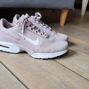 Nike Sneakers  str 38 Indvendigt mål 24 cm.  Gmb men i flot stand
