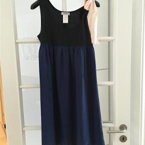 Varetype: Smuk kjole med silke og sløjfe Farve: Sort Oprindelig købspris: 1799 kr.  Smuk kjole - brugt en enkelt gang.  Handler gerne via Mobilepay  Ved TS-handel betaler køber