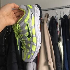 Nike x Naked P6000, har lidt stains (se billede 2) men er derudover rigtig velholdt. Str. 40, måler 25,5 cm. Udsolgt størrelse. Bud modtages