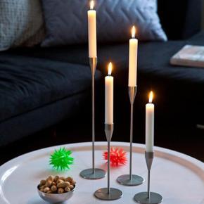Størrelse: Mini Farve: Stål Oprindelig købspris: 660 kr.  Det er traditionelt mest ved juletid, at vi bruger små juletræslys til at hygge og lyse op i boligen. Piet Heins mini stager både hygger og er smukke hele året.  De tre stager har forskellig højde, og danner det fineste stilleben, når de stilles tæt sammen på fx en bakke.  Har 3 stk. der sælges (se billederne), det første billede er modelbillede der viser hvor fine de er med lys i. Højde: 8, 12 og 17 cm Kun brugt 1 gang, derfor perfekt stand.  Kom med et bud !