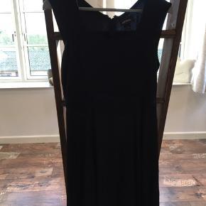 """Super sød og let kjole  Bagpå, ved lynlåsen er der et """"hul"""" som ikke er et hul, da det ikke går igennem"""