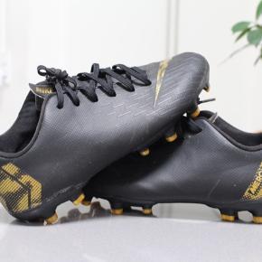 Nike fodboldt støvle i rigtig pæn stand str, 37.5. I sort og guld farvet, fra ikke ryger hjem.