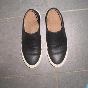 Varetype: Sneakers Farve: Sorte Oprindelig købspris: 1175 kr.   Fede sko fra Woden, meget behaglige at have på. Og de har selvfølgelig Wodens helt unikke kork sål.  Str  EU 40 US 7,5  Indvendig sål måler 26 cm.  Stand 8/10  Pris 200 plus porto ... Vis mindre