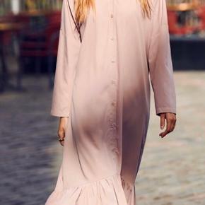 En kjole fra LIST.   Den er aldrig brugt og fejler intet.   På billede 2 ses, hvordan den ser ud, når man har den på.