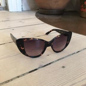 Solbriller med etui, god stand🌸
