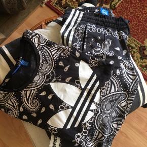 Adidas originals sæt. T-shirt str 38 bukser str 36 kan bruges til en str xs og en str s. Sættet sælges samlet. 450 kr