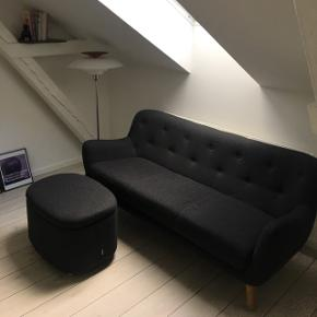 """Jeg sælger min dejlige Sofakompagniet 3-personers sofa. Den er af modellen """"Herman"""" og i grå. Hvis man vil have den matchende puf, er prisen 1500 samlet. Nypris for det hele var ca. 4500."""