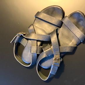Fine sandaler fra Samsøe Samsøe. Gode med brugte, og kan stadig bruges. Ses kun under sålen hvor det sorte er slidt lidt af.