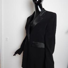 KAREN MILLEN sort smoking jakke, blazer med satin revers, str UK12/EU40, kan også bruges som mini kjole, er super flot forarbj, taljret og sidder flot!  MÅL: Bryst 90 cm, liv 80 cm, lgd 86 cm