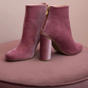 Sælger disse smukke velvet pink støvler fra Stine Goyas aw17 kollektion, da jeg aldrig har fået dem brugt. De er kun prøvet på indenfor. Lidt små i størrelsen - jeg bruger selv str 39 normalt og skal have 40 i disse.  Købt for 2.600kr