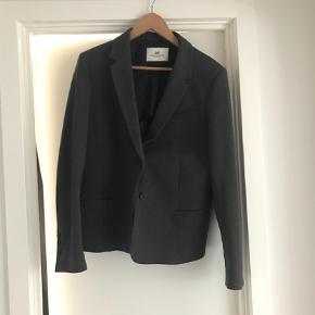 Varetype: Jakke Størrelse: 44 Farve: Grå  Day bomulds habit 44 brugt 1 gang   Style butler grå læder - med slidtage 42
