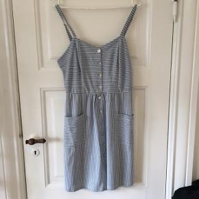 Fin kjole fra mærket bluesteel Størrelsen svarer til en medium Brugt få gange og fremstår som ny :)