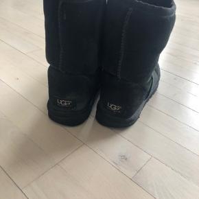 Jeg sælger disse støvler da jeg har købt nye.   Jeg vil dog gøre opmærksom på at der er et lille hul på Venstre sko - men det kan lappes. Derfor sælger jeg dem for 250kr (-: