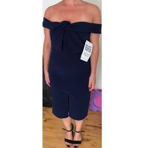 Navy blå kjole fra mærket true decadence. Kjolen er aldrig brugt, kun prøvet på. 98% polyester, 2% spandex. Den sidder rigtig godt på kroppen og kan sagtens bruges uden bh. Jeg er 1.62høj og bruger normalt str.38-40, denne er i str.12, altså str.40, så måske en smule lille i str. Nypris var omkring 900 kr.