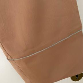 Pulz stumpebuks med str L  Lommer i siden  Fed detalje på buksebenet med grå syning rundt