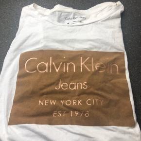 T shirt fra Calvin Klein, aldrig brugt så er som helt ny! ☺️☺️