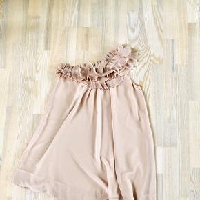 Kort one-shoulder-dress. Kjolen har flæser hele vejen rundt langs ærmet/halsen. Den er meget fin. Dobbelt lag så man ikke kan se igennem den. Den har været brugt 5 gange og har ikke brugsspor. Den kan bruges med bælte og giver en virkelig fin linje. Det er 100% polyester og er velegnet til #festkjole eller #sommerkjole.  Fra armhulen er den 66cm  Farven: powder pink, sart rosa, beige, sand farvet. Se farve skema der er vedlagt     #30dayssellout